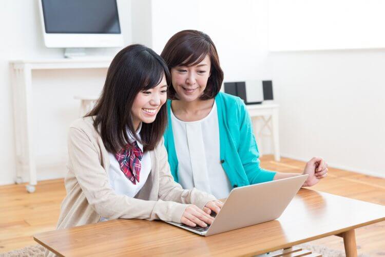留学を計画している女性の高校生と母親