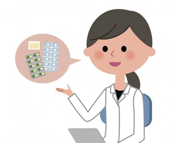 病院の外来で花粉症の鼻炎薬を説明している医師です
