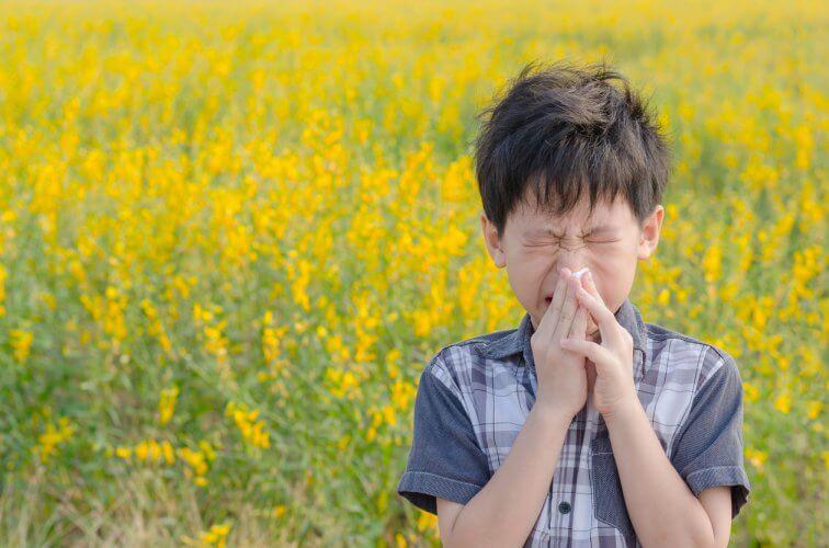 花粉症の症状で悩んでいる子ども