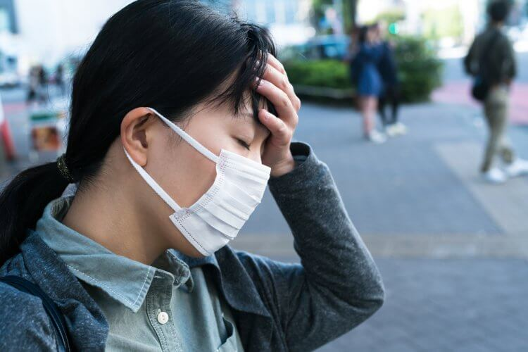 重症の花粉症で疲労している女性